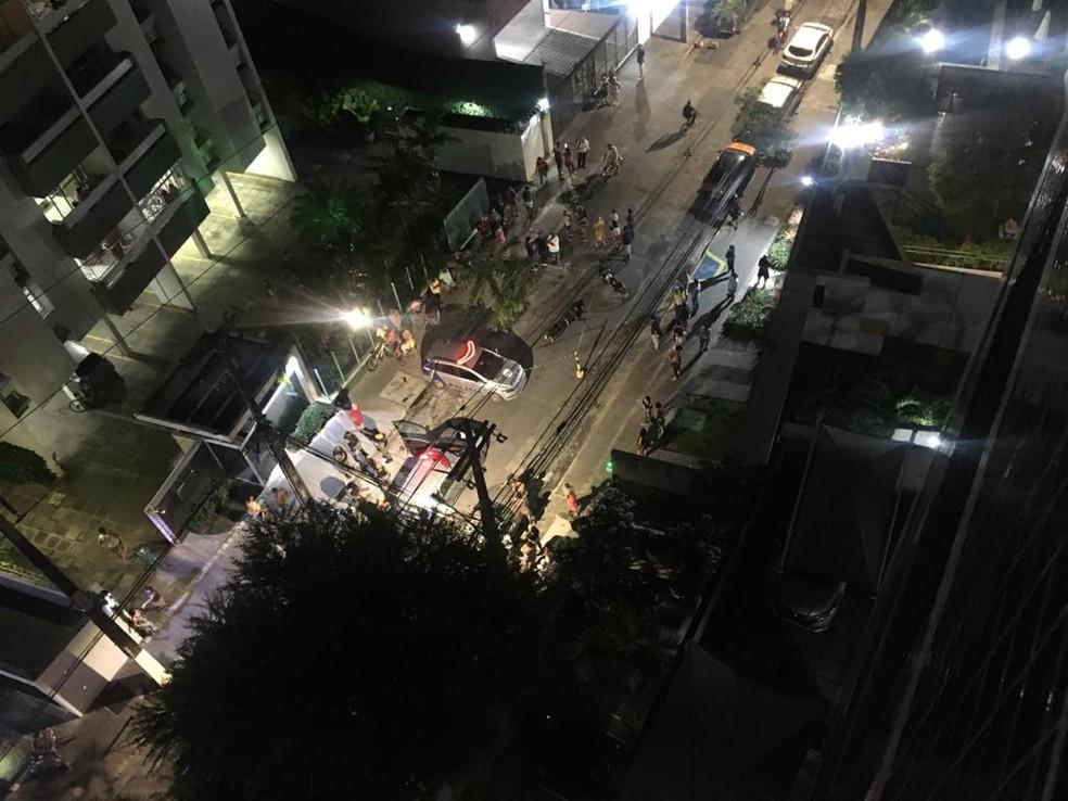 Homem foi assassinado em frente ao prédio onde trabalha no bairro da Torre, no Recife — Foto: WhatsApp/Reprodução