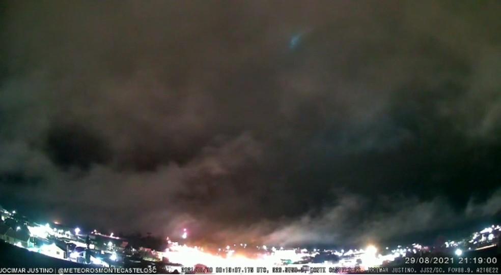 Meteoro de alta magnitude é visto através das nuvens de SC — Foto: Bramon/Divulgação