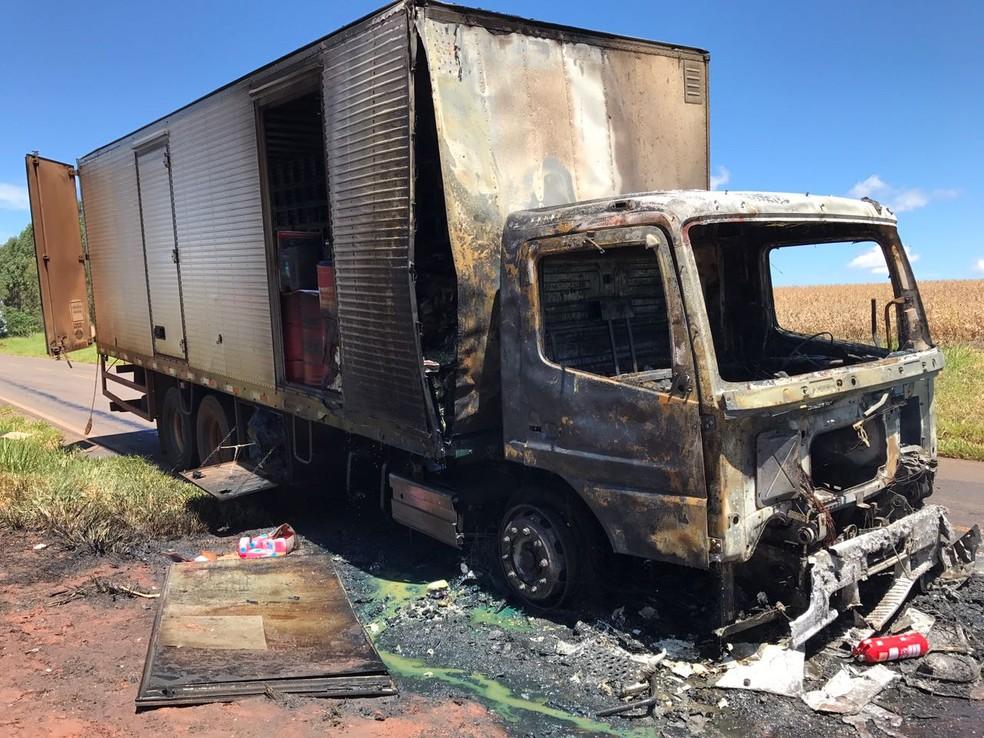 Segundo os bombeiros, o fogo começou na cabine e foi controlado quando começou a atingir a carga; na PR-554, no norte do Paraná (Foto: Corpo de Bombeiros/Divulgação)