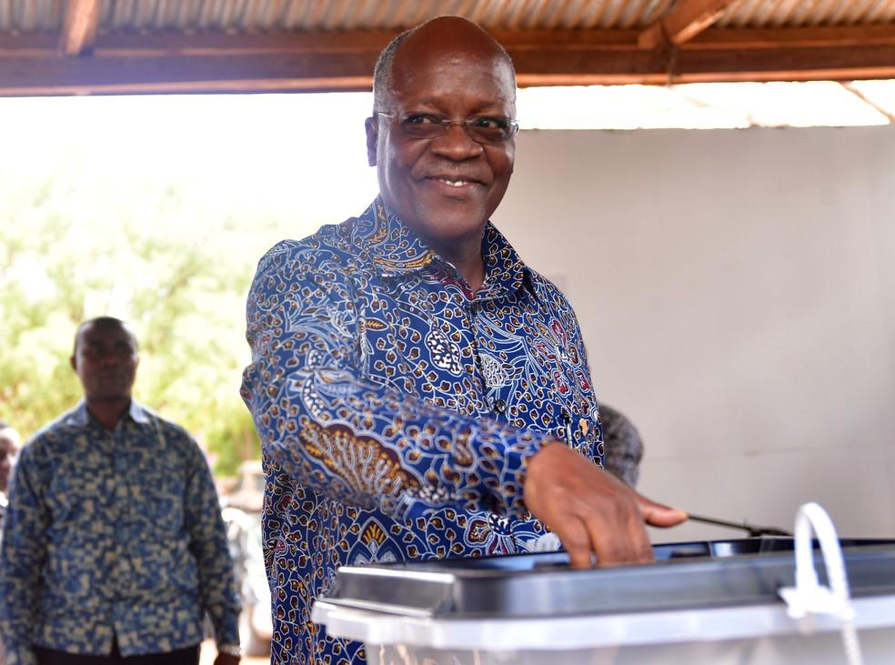John Magufuli, presidente da Tanzânia, vota em 28 de outubro de 2020 — Foto: Stringer/Reuters