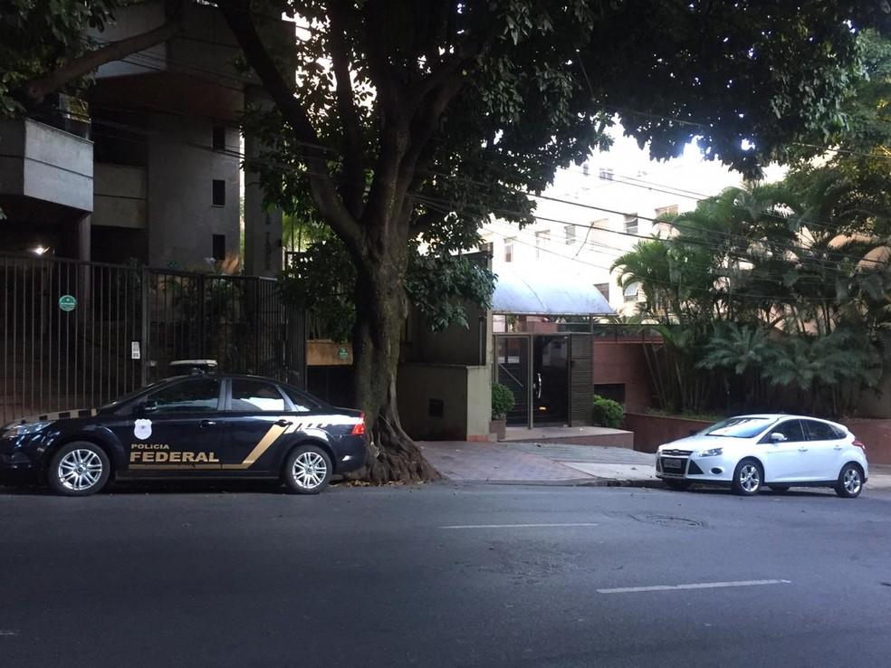 Operação está sendo realizada na manhã desta quarta-feira, na residência do ex-comandante — Foto: Vladimir Vilaça / TV Globo