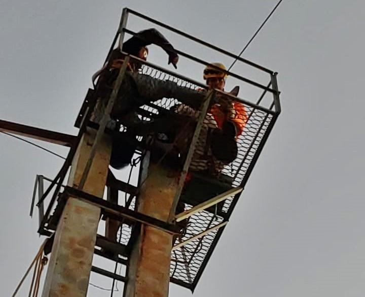 Homem é resgatado ao ficar preso em estrutura a 15 metros de altura em Brazópolis, MG