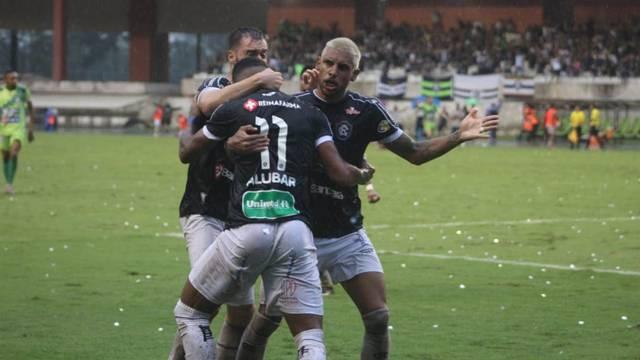 Alex Sandro comemora com Douglas Packer e Gustavo Ramos o gol do título