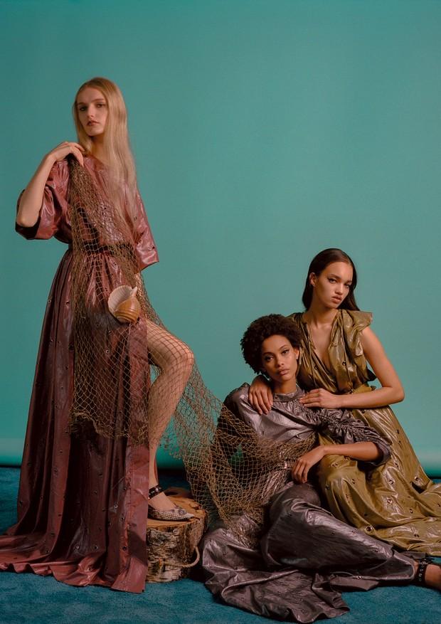 Mia Brammer, Samile e Ellen Rosa usam vestidos e sapatos, tudo Bottega Veneta (Foto: Zee Nunes)