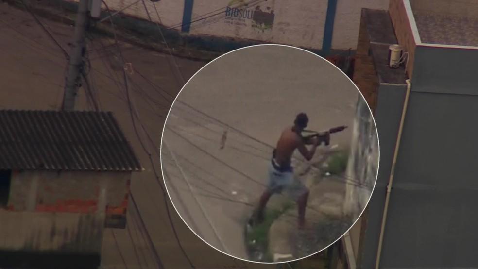 Criminoso é flagrado com fuzil atirando contra PMs na Cidade de Deus, na Zona Oeste do Rio — Foto: Reprodução/ TV Globo