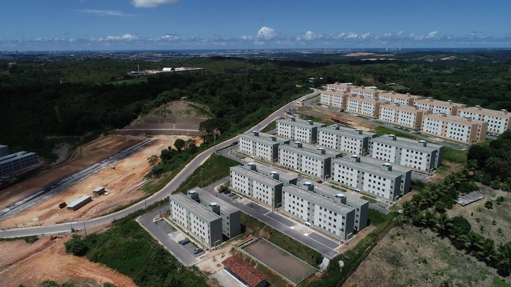 Conjunto habitacional Fazenda Suassuna, no bairro da Muribequinha, em Jaboatão dos Guararapes, foi entregue sem escola ou posto de saúde próximo — Foto: Augusto César/TV Globo