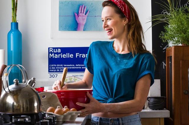 Mariana Ximenes testa receita de brigadeiro de chocolate com pimenta (Foto: Arquivo pessoal )