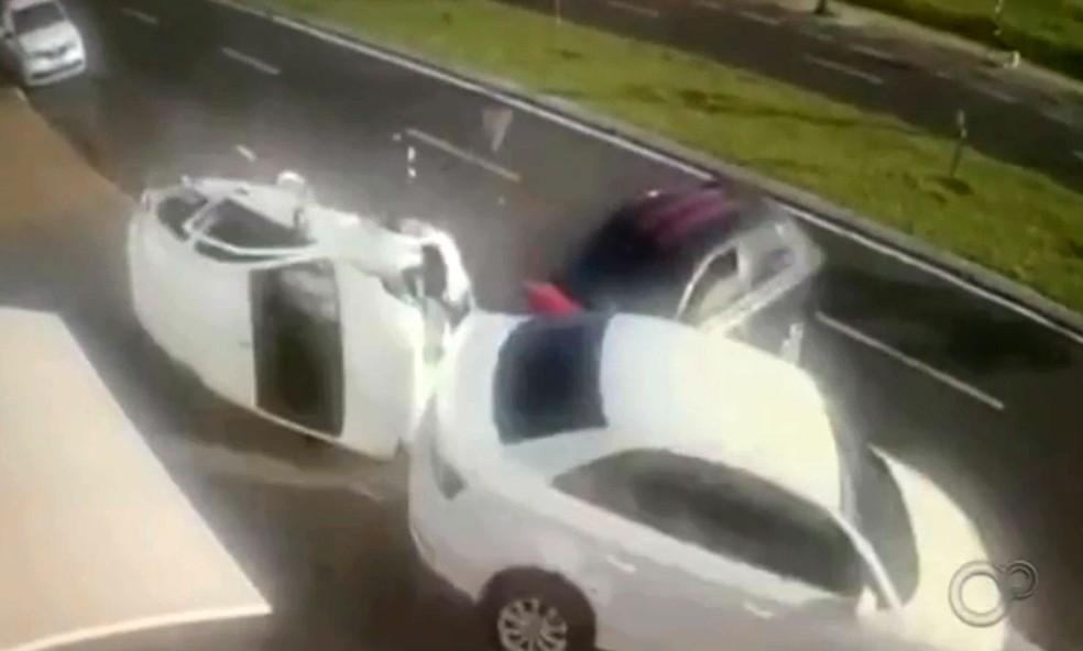 Câmera flagrou carro estacionado tombando após ser atingido por veículo desgovernado em Bauru — Foto: TV TEM/Reprodução