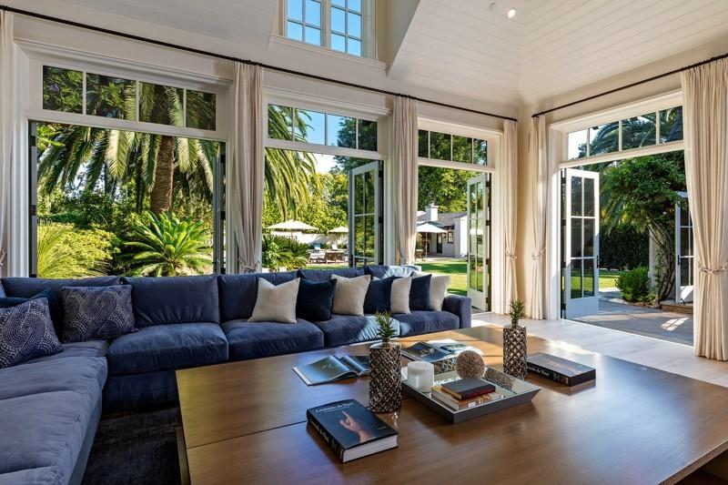 Situada em Beverly Hills, a mansão possui duas casas de hóspedes e uma piscina de 18 metros (Foto: Reprodução / Imobiliária)