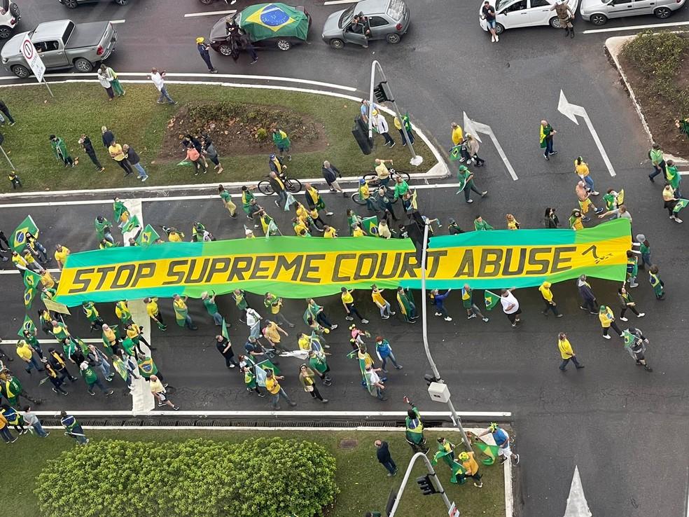 Florianópolis, às 10h34: Apoiadores carregam faixa em ato — Foto: Arquivo pessoal/ Divulgação