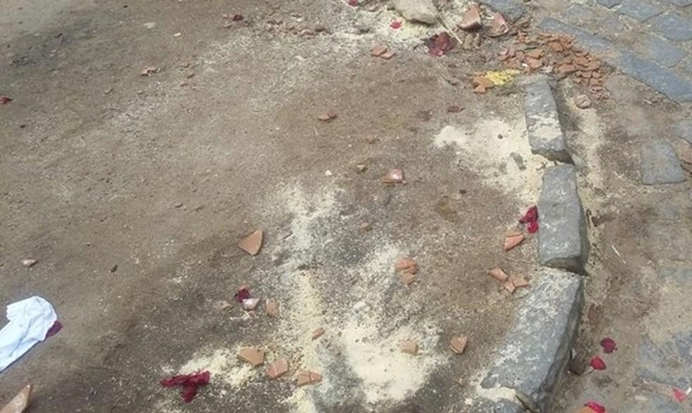 Flores, pétalas de rosas e velas foram encontradas próximas ao feto (Foto: Blog do Ney Lima/Divulgação)