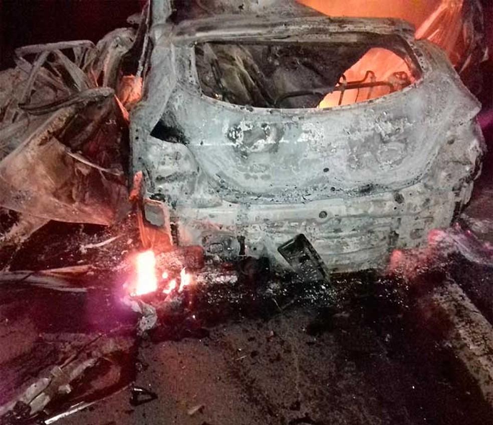 Carro onde os jovens seguiram foi consumido pelas chamas e ficou destruído na Bahia (Foto: Caique Freire/Voz da Bahia)