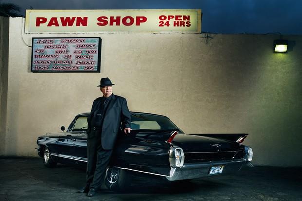 O Velho Harrison e seu Cadillac posam na frente da famosa loja de penhores (Foto: Divulgação)