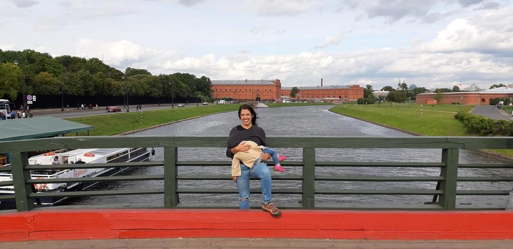 Gabriela amamenta Olívia na Fortaleza de São Pedro e São Paulo, em São Petersburgo, na Rússia. — Foto: Arquivo pessoal/Gabriela Antunes