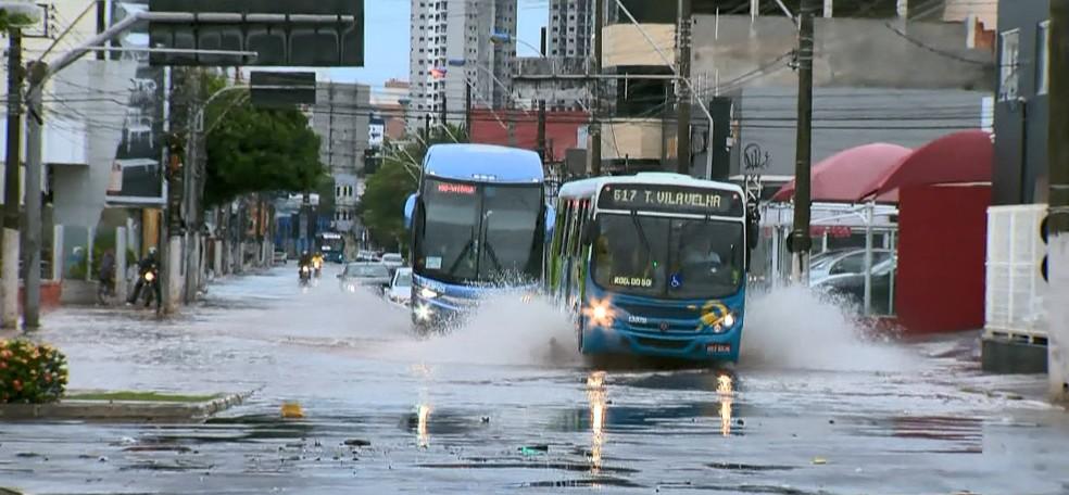 Rua Antônio Ataíde, próxima à Terceira Ponte, na manhã desta segunda-feira (2).  — Foto: Reprodução/TV Gazeta