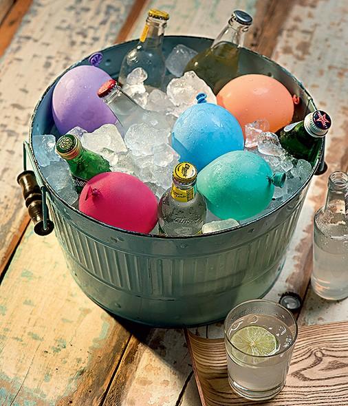 Coloque água em alguns balões coloridos, congele e deixe seu cooler de bebidas mais gracioso