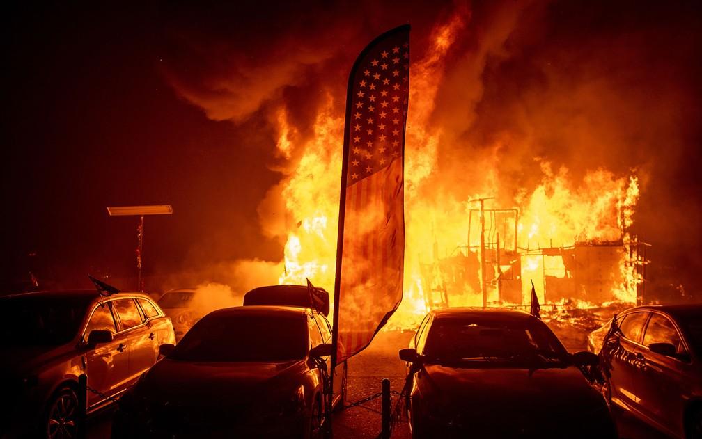 Chamas consomem uma loja de automóveis durante o incêndio Camp Fire, em Paradise, na Califórnia, na quinta-feira (8) — Foto: AP Photo/Noah Berger
