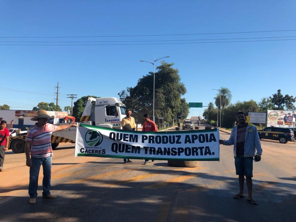 Protesto de caminhoneiros em Cáceres, na BR-070, conta com apoio do Sindicato Rural (Foto: Luana Santana/TV Centro América)
