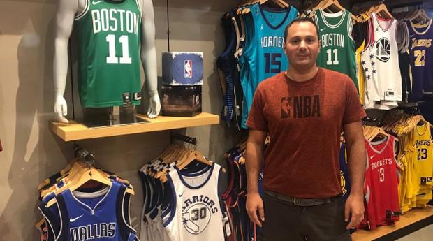 O empreendedor Douglas Navarro Nahum é proprietário de uma unidade da NBA Store em Mogi das Cruzes, região metropolitana de São Paulo. (Foto: Divulgação)