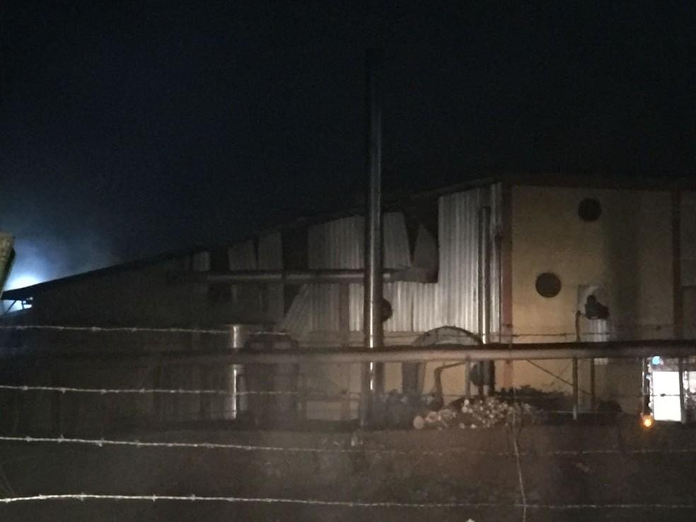 Houve desmoronamento de estrutura e de maquinários, de acordo com os bombeiros (Foto: Michelli Arenza/RPC)