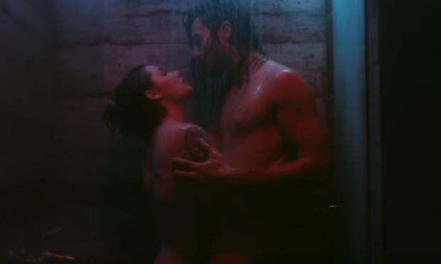 Tiago Iorc e Michele Alves em cena quente de clipe (Foto: Reprodução YouTube)