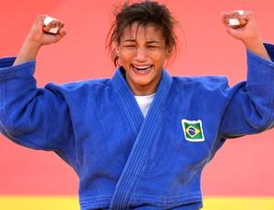 Judoca Sarah Menezes comemora conquista da medalha de ouro (Foto: Agência AFP)