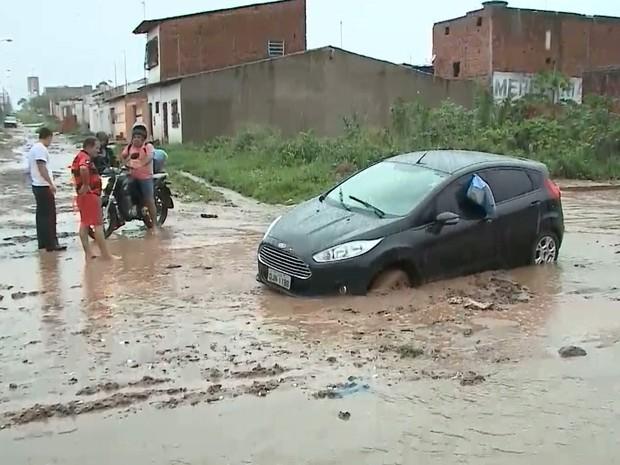 Veículo ficou atolado em meio à lama que se aglomerou na Avenida Nossa Senhora da Vitória (Foto: Reprodução/TV Mirante)