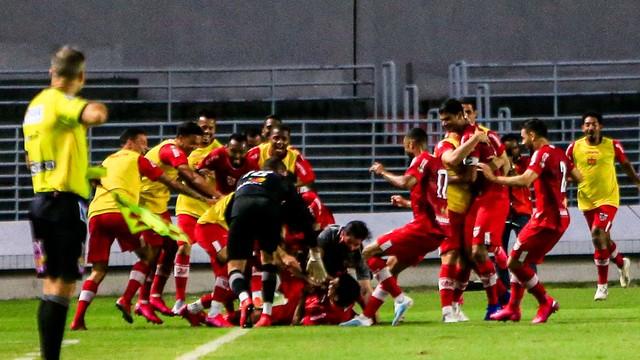Jogadores do CRB comemoram o gol de Igor Cariús no clássico