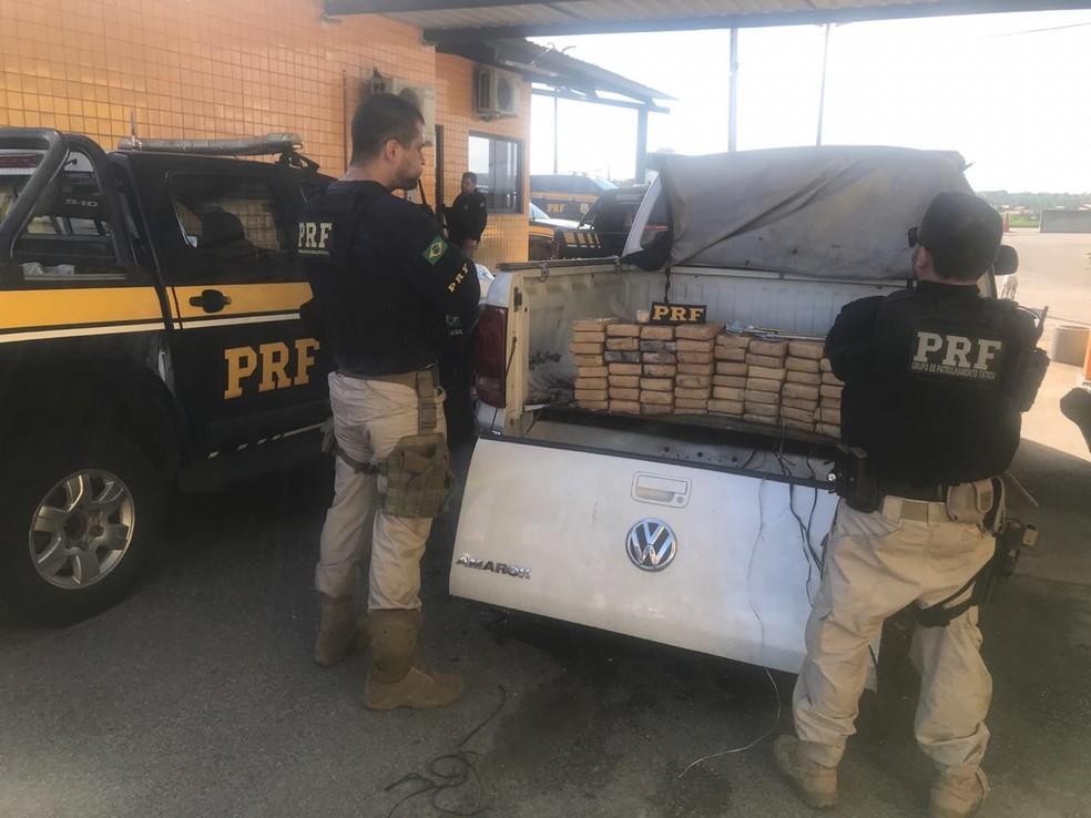 Carga estava escondida em um fundo falso na carroceria do veículo — Foto: Polícia Rodoviária Federal