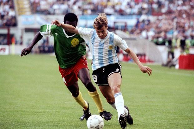 Claudio Caniggia em jogo contra a seleção de Camarões na Copa de 1990  (Foto: Getty Images)