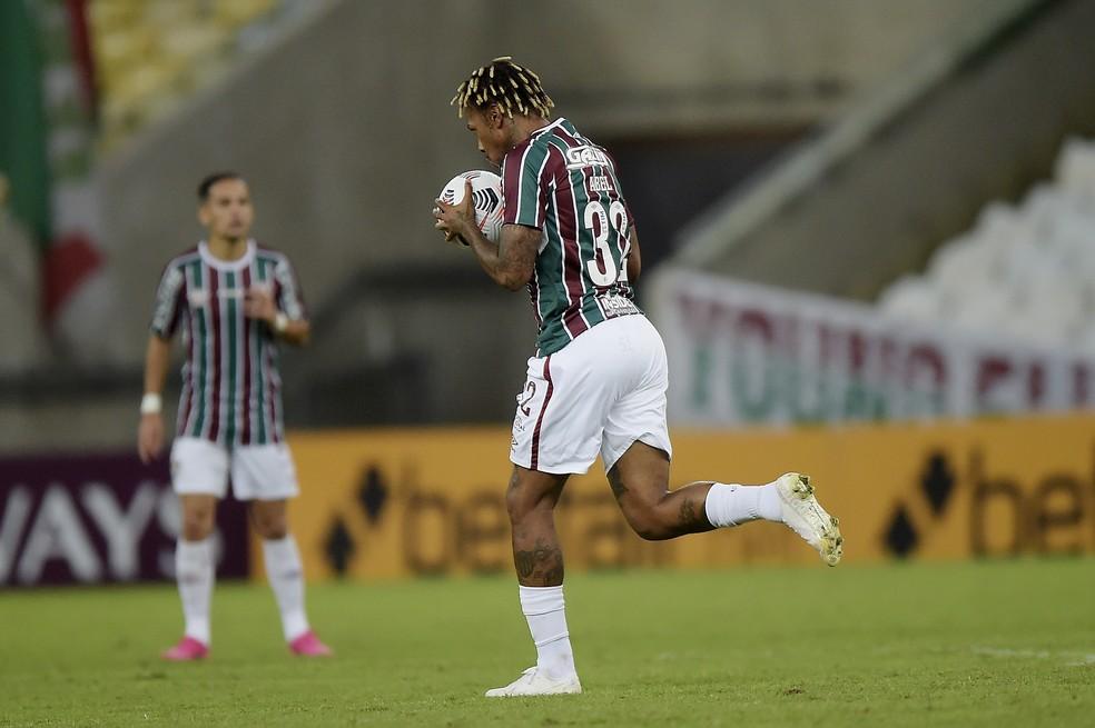 Abel Hernández beija a bola após marcar em Fluminense 1 x 2 Junior Barranquilla, pela Libertadores — Foto: Staff Images/Conmebol