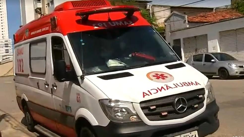 Equipe do Samu Natal tentou socorrer homem abandonado em frente à sede do serviço, mas ele não resistiu — Foto: Reprodução/Inter TV Cabugi