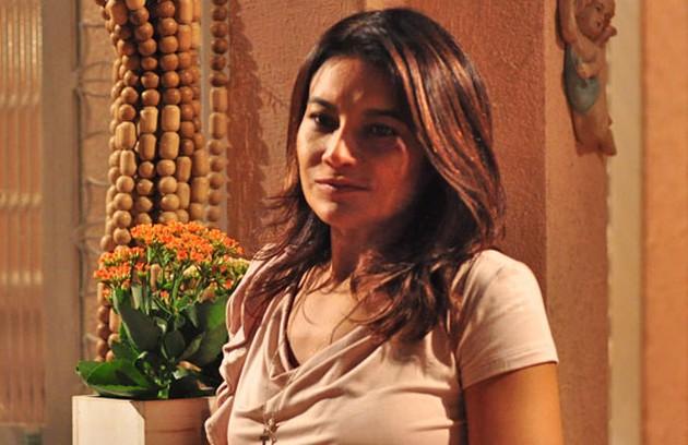 Dira Paes foi Celeste, comadre e melhor amiga de Griselda. Ela sofria por não ter coragem de denunciar o marido para a polícia por violência doméstica (Foto: TV Globo)