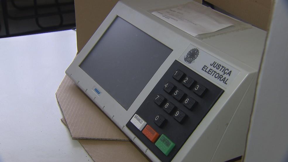 Urna eletrônica instalada em local de votação no DF — Foto: Reprodução/TV Globo