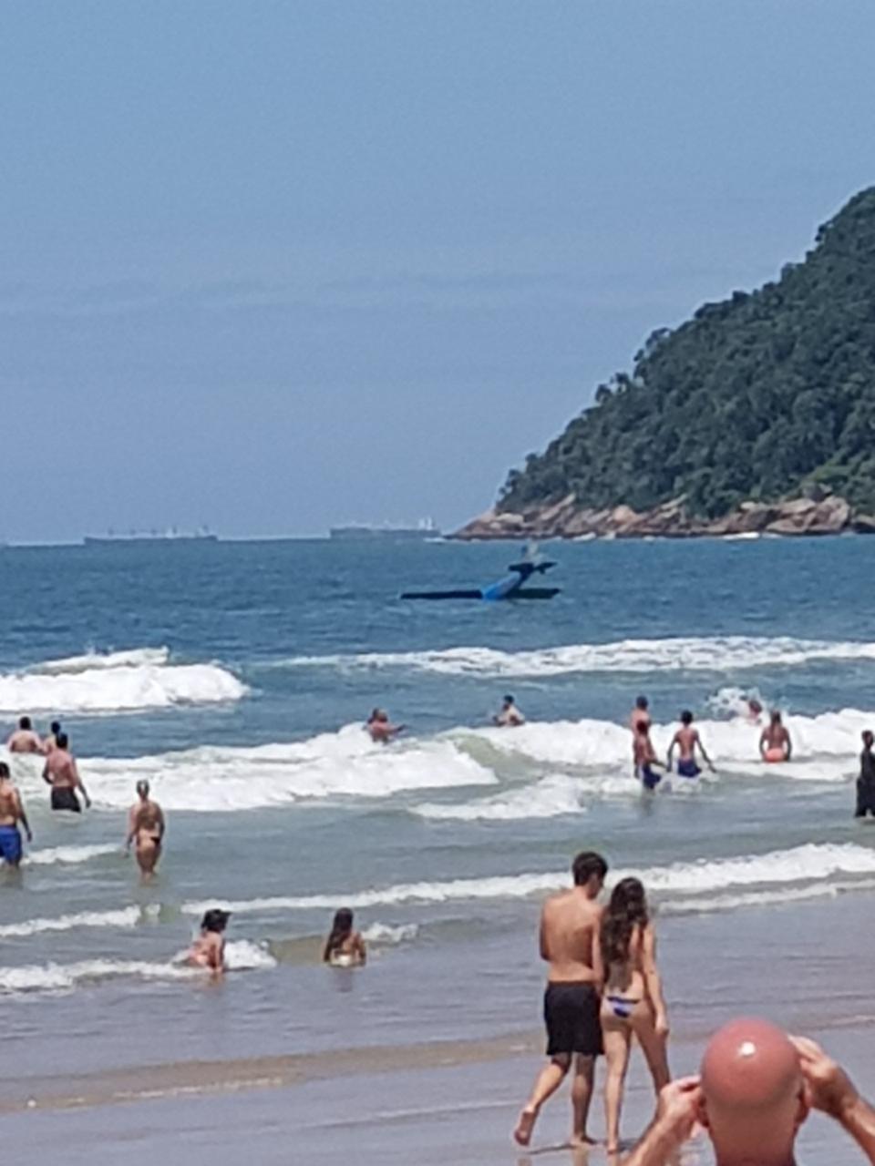 Piloto diz que teve sorte ao sobreviver após avião cair dentro do mar em SP
