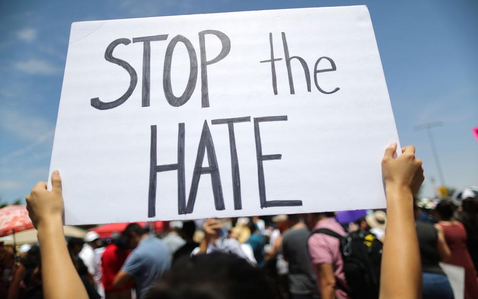 Manifestante exibe cartaz com a frase 'Pare o ódio' em protesto contra a visita do presidente Trump a El Paso, no Texas, na quarta-feira (7) — Foto: Mario Tama/Getty Images/AFP