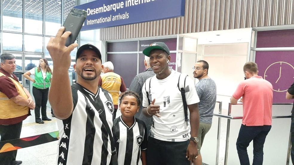 """Gabriel """"Loco"""" Cortez chegou ao Rio de Janeiro na manhã desta terça-feira — Foto: Davi Barros/GloboEsporte.com"""