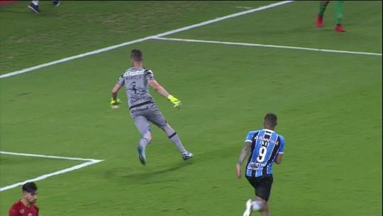 """Renato ganha banho e revela papo com Grohe antes de pênaltis: """"Falei que ia segurar"""""""