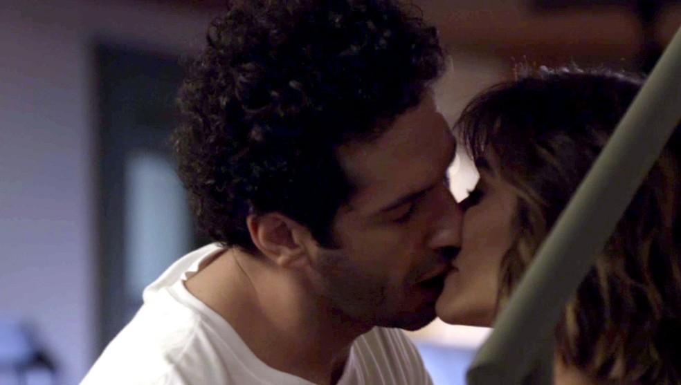 Emílio e Betina se beijam (Foto: Globo)