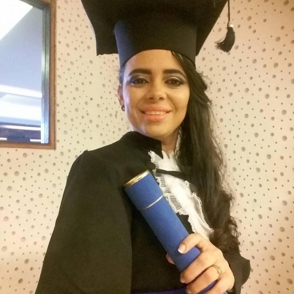 Amanda, no dia da graduação em Administração, que cursou com o auxílio do programa Educa Mais Brasil (Foto: Divulgação)