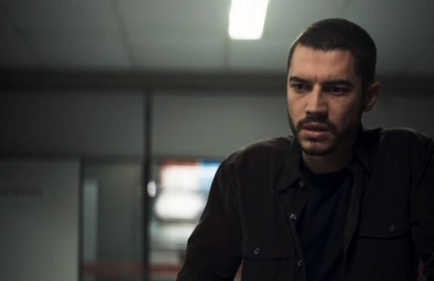 Na segunda-feira (9), Camilo (Lee Taylor) descobrirá que Chiclete (Sergio Guizé) era um matador (Foto: Reprodução)