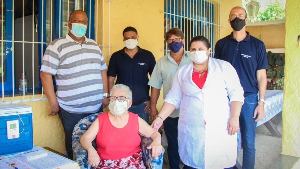 Idosos de asilo são os primeiros vacinados contra a Covid-19 em Mendes    Sul do Rio e Costa Verde   G1