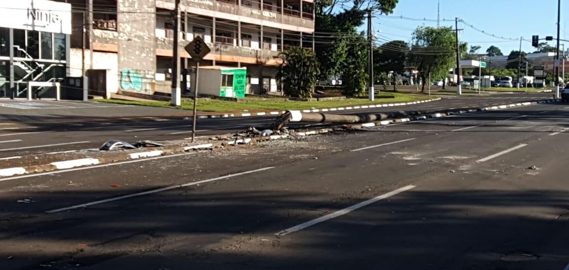 Casal fica ferido após carro atingir poste e pegar fogo, em Foz do Iguaçu