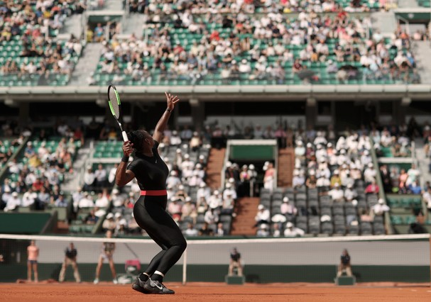 PARIS, FRANCE - MAY 29:  Serena Williams of The United States serves during her ladies singles first round match against Kristyna Pliskova of Czech Republic during day three of the 2018 French Open at Roland Garros on May 29, 2018 in Paris, France.  (Phot (Foto: Getty Images)