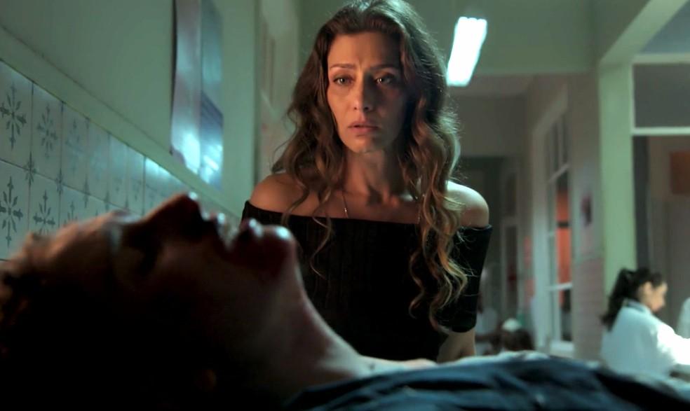 Em 'A Força do Querer', Joyce (Maria Fernanda Cândido) fica chocada ao encontrar Ivan (Carol Duarte) no hospital — Foto: Globo