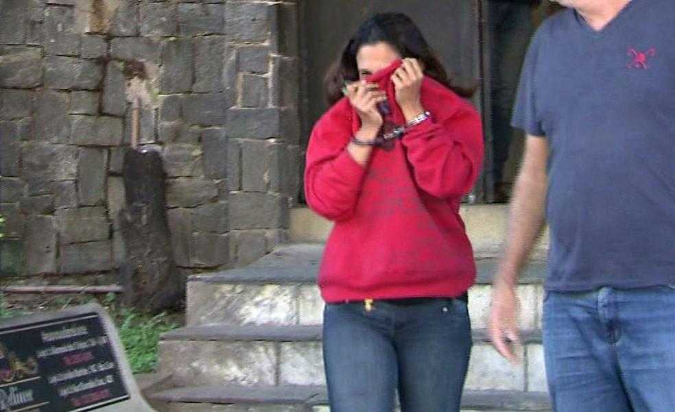 Mulher foi presa em Guarujá por crime cometido há 20 anos (Foto: Reprodução/TV Tribuna)