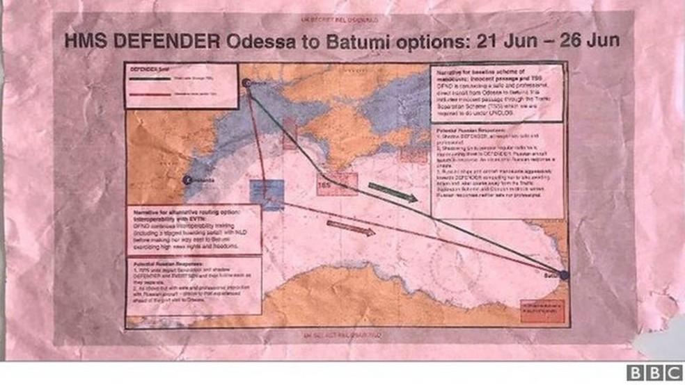 Um trecho do documento apresenta as rotas possíveis de passagem do navio britânico pela costa da Crimeia. — Foto: BBC