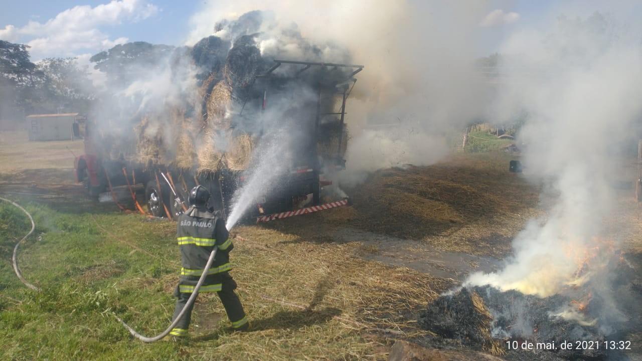 Incêndio em carga de feno em carroceria de caminhão mobiliza Corpo de Bombeiros; veja VÍDEO