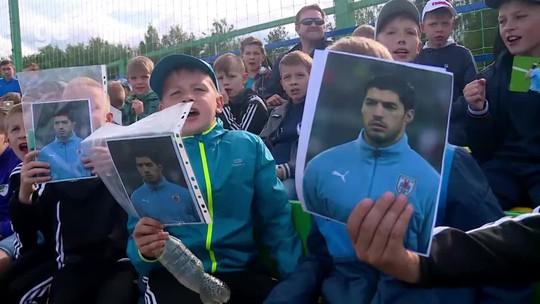 """Filhos de Suárez """"invadem"""" campo e roubam a cena em treino do Uruguai"""