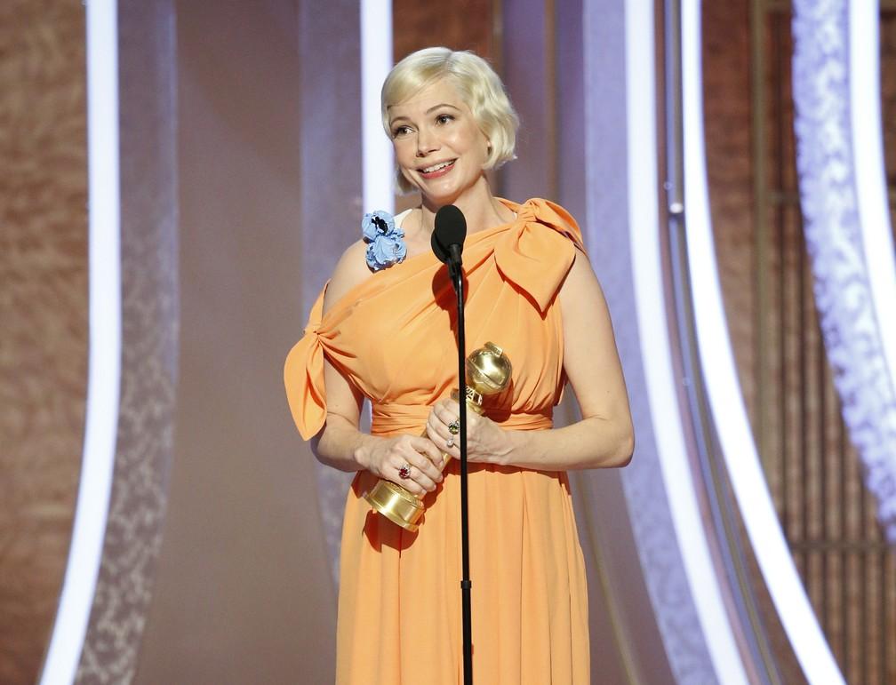 """Michelle Williams recebe o Globo de Ouro de melhor atriz em série limitada ou filme para TV por """"Fosse/Verdon"""" — Foto: Paul Drinkwater/NBC via AP"""